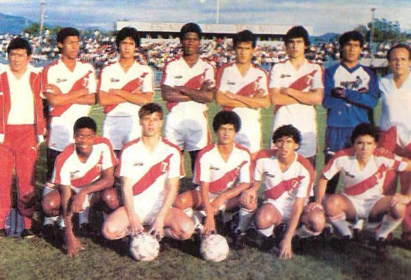 En la selección juvenil. Entre sus compañeros estaban Olivares, 'Chemo' del Solar, Marrou, 'Balán' Gonzales, Bazalar y Roberto Martínez. (Foto: revista Estadio)