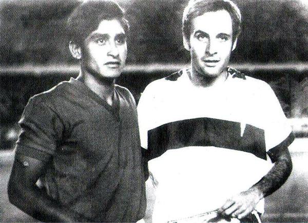 Ya como capitán de Aurich, Castañeda aparece aquí junto a Alberto Fouillioux, figura y también capitán de la Católica durante la Copa Libertadores de 1969 (Recorte: libro 'El Auriche sopla como un Ciclón', Óscar Cortez Mendívez)