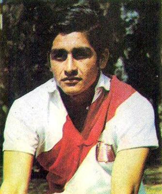 Hernán Castañeda con la camiseta de la selección quedó en tercer puesto como el anotador más rápido tras su debut (Cromo: álbum Ídolos, Importadores Peruanos)