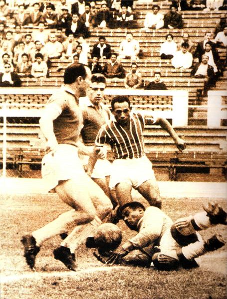 Aquí aparece Del Solar atento detrás de la jugada ante cualquier problema que pudiera surgir en la maniobra de Rafael Asca (Foto: libro 'Club Sporting Cristal: 50 años de historia celeste')