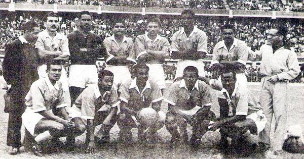 Equipo del Sporting Tabaco en sus últimos años de vida como tal, con Alberto del Solar arriba, de pie entre Cavero y Arizaga (Recorte: revista Ovación)