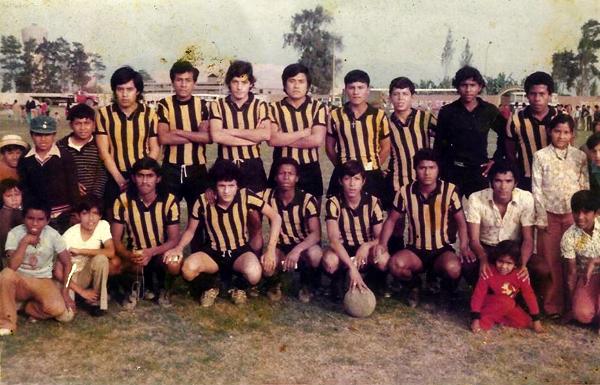 Jesús Purizaga con el Defensor San Martín de Infantas, con el que jugó en la Liga de Ancón a los 15 años de edad. (Foto: Facebook)