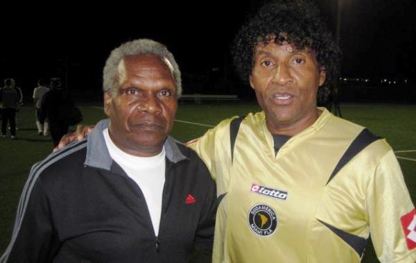 En la actualidad, como delantero en el Sudamérica de Kendall. Acá posa junto a 'Perico' León. (Foto: Facebook)