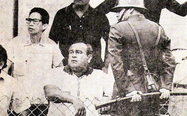 Ya como técnico, Diego Agurto observa desde la tribuna un partido entre Boys y Junín de 1976, año en el que dirigió al equipo de Huancayo (Recorte: revista Ovación)