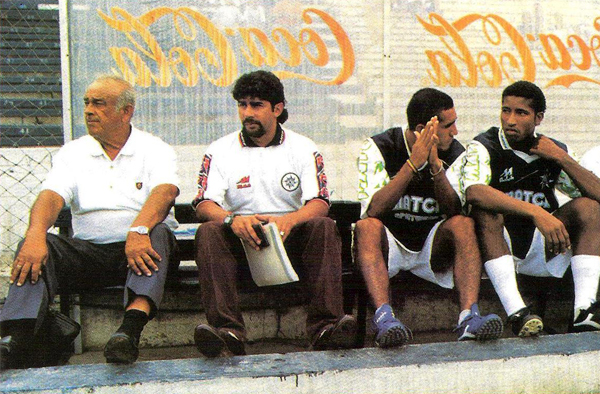 El primer técnico en la historia del IMI en la máxima categoria fue Diego Agurto que aquí aparece en el banco del equipo el día de su debut (Recorte: revista Don Balón Perú)