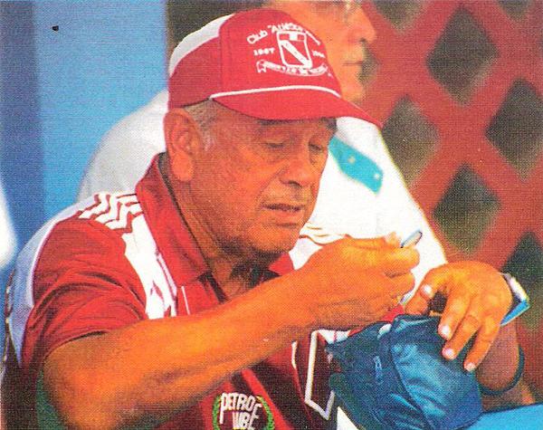 Los colores lo delatan: Diego Agurto en su última etapa como técnico de Torino, el equipo de su tierra al que llevó de regreso a Primera (Recorte: revista Estadio)