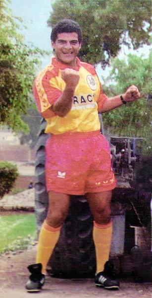 La camiseta canaria de San Agustín también tuvo a Fidel Suárez que en el arranque de 1994 lo tuvo entre los goleadores del torneo (Recorte: revista Estadio)