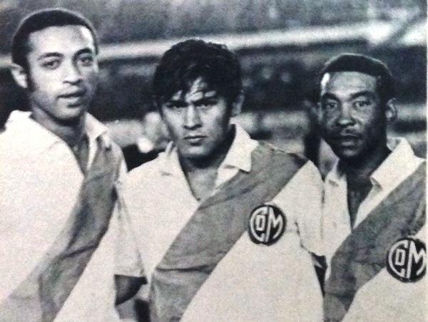 Reencuentro feliz en el Municipal de 1969: Jaime Mosquera, Hugo Sotil y Nemesio Mosquera. (Foto: diario La Crónica)