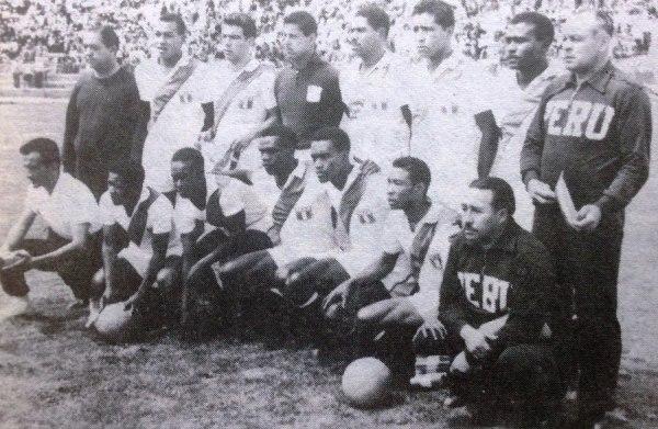 El equipo peruano que le ganó 2-1 a Argentina en el Sudamericano de 1963. (Foto: libro 'Episodios Singulares del Deporte', Teodoro Salazar Canaval)