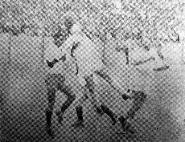 Vicente Villanueva, en su primer partido con Sporting Tabaco, observa una acción de su compañero Edgardo Mabama (Recorte: diario La Prensa)