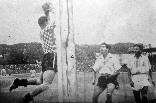 El arquero Gustavo Tarrillo se anticipa a la acción de Vicente Villanueva durante un partido entre Sucre y Tabaco (Recorte: revista Sport)