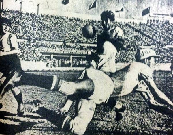En su actuación internacional consagratoria: frente a Argentina en el Sudamericano de 1941 en Santiago. (Foto: libro 'Enciclopedia de los Campeones', Lorenzo Villanueva Regalado)