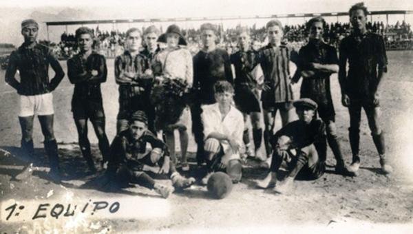 El Atlético Ascopano, el primer club de Juan Honores. Aparece sentado a la extrema derecha, con gorra. (Foto: creativo55.blogspot.com)