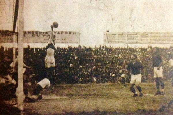 En uno de sus primeros partidos en el Nacional, luciéndose en el arco de Alfonso Ugarte de Chiclín. (Foto: revista Ovación)