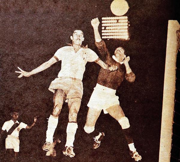 El puño en alto para despejar el balón corresponde a Felandro el día que Perú enfrentó a Brasil en los Juegos Panamericanos de Fútbol en México (Recorte: revista Estadio de Chile)