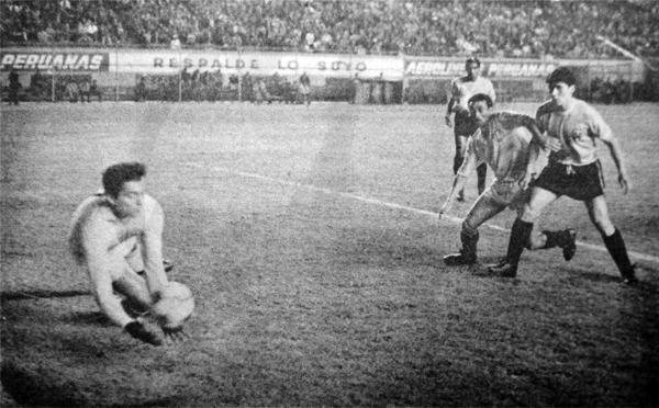 Ottorino Sartor corta una situación de peligro sobre su arco en la temporada de 1969 cuando Arica enfrentó a Universitario (Recorte: diario La Crónica)