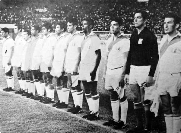 Dueño del arco de la selección peruana, Sartor aparece en formación junto a José Fernández antes de enfrentar en un amistoso a Bulgaria (Recorte: diario La Crónica)