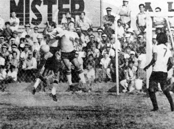 Jugando por José Gálvez, Sartor sale a rechazar un centro en el Vivero Forestal de Chimbote cuando recibieron a Sport Boys en 1973 (Recorte: diario La Crónica)