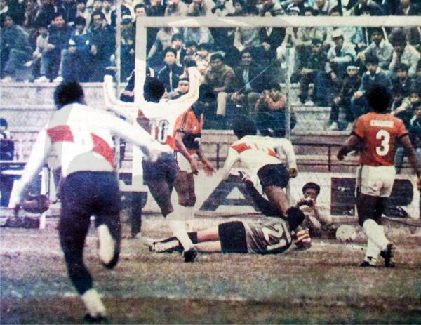 La Joya frente a Municipal durante el Regional de 1986, cuando Sartor ocupó el arco chancayano con el '21' en la espalda (Recorte: diario El Comercio)