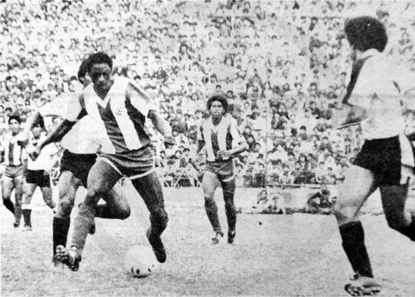 Con la camiseta de Alianza Lima, la de toda su vida, saliendo con el balón dominado en busca de una mejor posición (Recorte: diario La Crónica)