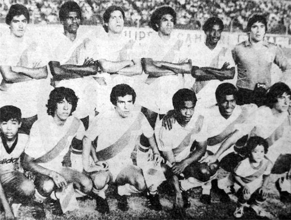 Roberto Rojas, el penúltimo de los parados, jugó un Mundial y una Copa América con Perú (Recorte: diario La Crónica)