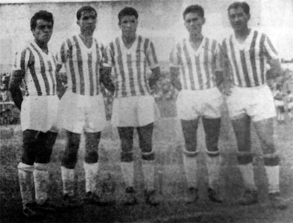 Nicolás Fuentes con Atlético Chalaco en el estadio San Martín de Porres -es el cuarto desde la izquierda-, cuando en 1963 jugó en la Segunda División (Recorte: diario La Crónica)