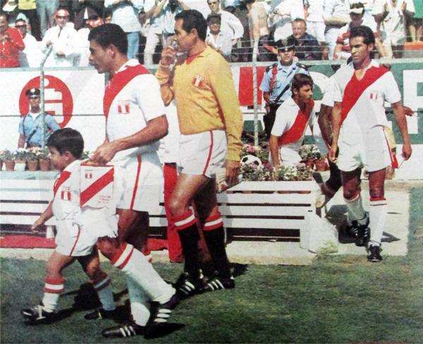 Con Perú en el Mundial de México, saliendo al campo detrás de Héctor Chumpitaz y Luis Rubiños (Recorte: diario La Crónica)