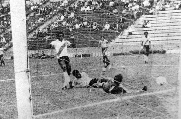 El primer gol de 'Mingo' Farfán en Primera División se lo anotó a Rodolfo Gamarra de Municipal (Recorte: diario La Crónica)