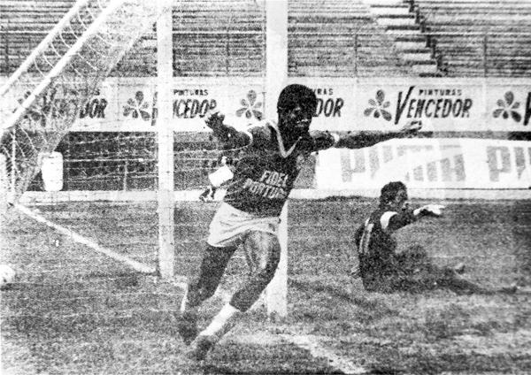 El arquero Luis Puente de la Republicana yace vencido por Domingo Farfán, que con su gol le dio la victoria a Octavio Espinosa durante el campeonato de 1986 (Recorte: diario La Crónica)