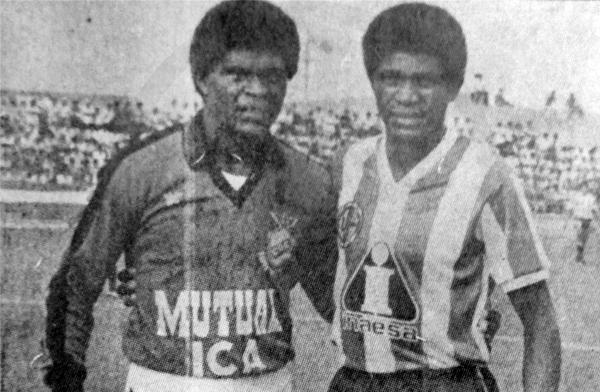 Los hermanos Eusebio y Domingo Farfán, cuando en 1987 uno tapaba en Espinosa y el otro anotaba goles en Huaral (Recorte: diario La Crónica)