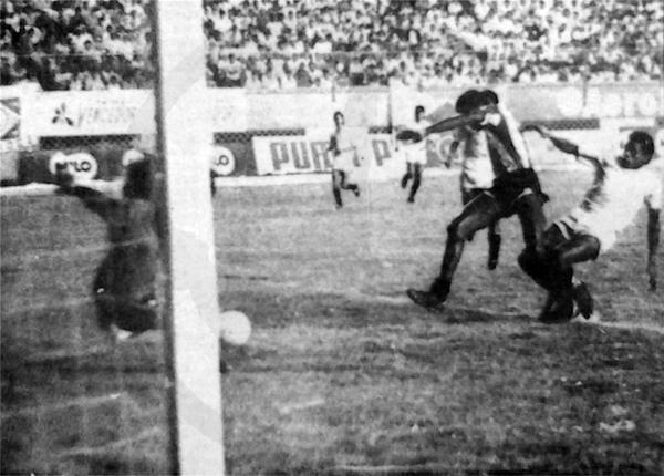 El gol de Farfán que le dio el título del II Regional a Unión Huaral, frente a Universitario en 1989 (Recorte: diario La Crónica)