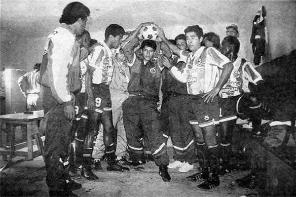 La arenga de Unión Huaral junto a Domingo Farfán en los vestuarios, cuando en 1992 el '9' del 'Pelícano' pugnaba por regresar a la máxima categoría (Recorte: diario El Comercio)