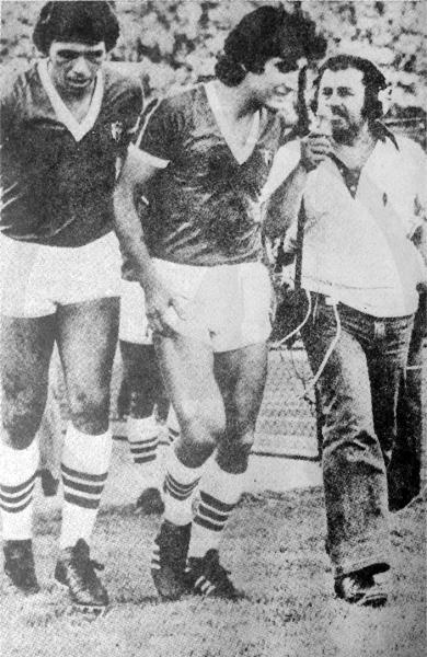 Elías Figueroa acompaña a Ernesto Labarthe cuando ambos actuaron en Palestino (Recorte: revista Ovación)