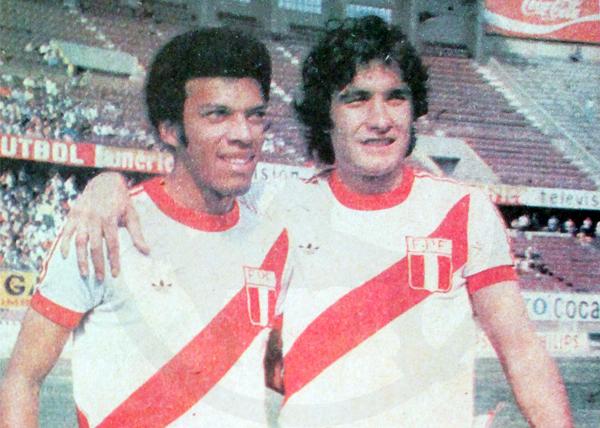 Junto a Roberto Mosquera el día de su debut con la selección peruana (Recorte: diario La Crónica)