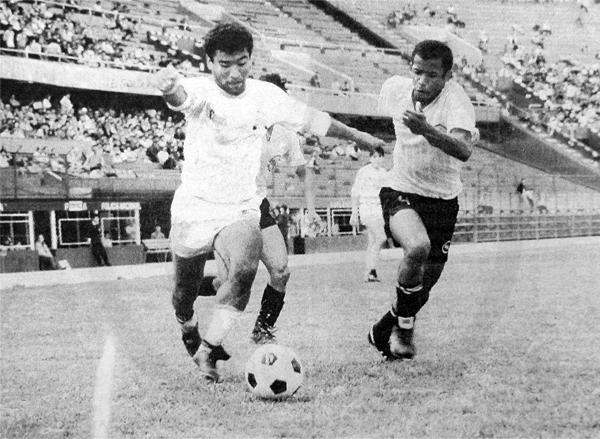 Carlos Dolorier en su primera temporada en la máxima división con Yurimaguas, superando a Pedro Olivares de Sport Boys (Recorte: diario El Comercio)