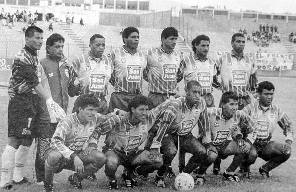 Equipo de La Loretana en 1996 con Carlos Dolorier al final de los hincados junto a Leonardo Uehara (Recorte: diario El Bocón)