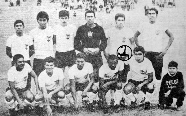 Un joven Walter Escobar figura como el quinto de los jugadores de Centro Iqueño en la fila superior, cuando en 1970 jugó en Segunda (Recorte: diario La Crónica)