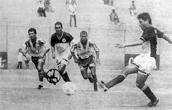 Gol de penal de 'Popeye' Marchán el día que le marcó tres goles a Republicana (Recorte: diario El Comercio)