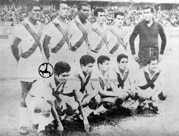 Fernando Mellán -el tercero de arriba- con la camiseta de Mariscal Sucre en su primera temporada como profesional (Recorte: diario El Comercio)
