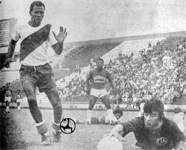 Mellán con la camiseta de Municipal el día que debutó frente al Aurich (Recorte: revista Ovación)