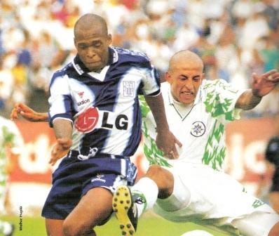 Giancarlo Soto marca a Tressor Moreno la tarde del debut de IMI en el fútbol profesional, ante Alianza Lima en el Apertura '99 (Foto: revista Don Balón Perú)