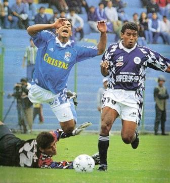 Ego Aguirre traba a Holsen en el Clausura '99, en el San Martín (Foto: revista Don Balón Perú)