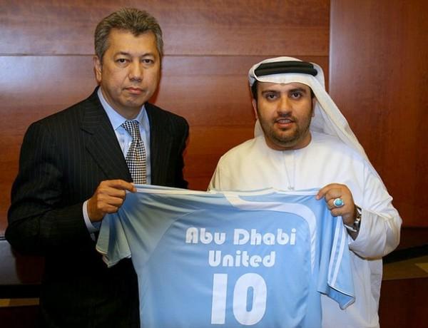 Sulaim Al-Fahim (derecha) encabeza el fondo de inversión de Emiratos Árabes que compró el Manchester City. Acá el jeque posa con la camiseta celeste (Foto: daylife.com)