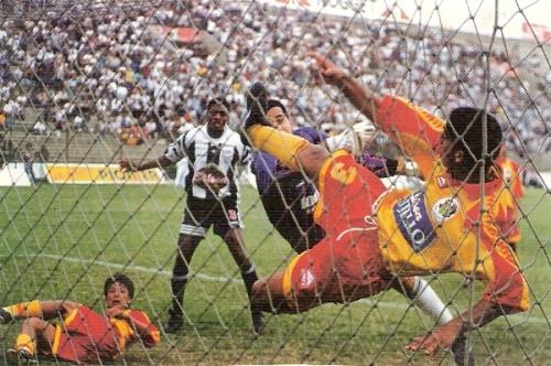 'Chicho' Salas y Silvestri no pueden impedir uno de los goles de 'Balán' Gonzales en la goleada 6-0 ante Alianza, en la fecha 4 (Recorte: revista Ovación)