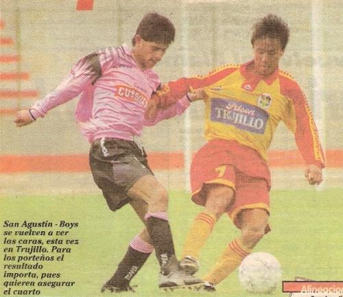 Marco Okuma en acción ante el 'Chino' Huamán en el empate 1-1 que San Agustín le sacó a Boys en el Callao por la fecha 14. Fue uno de los pocos resultados positivos como visitante del cuadro canario en su última campaña en Primera (Recorte: diario Líbero)