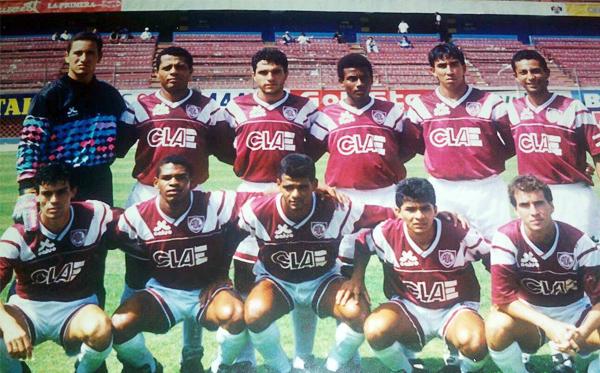 Equipo del Defensor Lima que en 1993 lució el logo de CLAE como principal sponsor (Foto: Facebook)