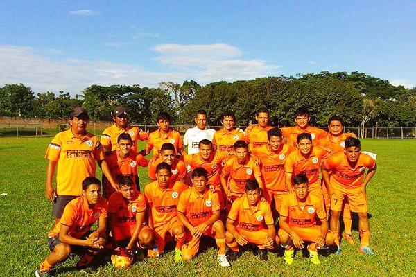 Kola San Martín usó en 2015 uniforme naranja. Esto tuvo un motivo comercial. (Foto: diario La Región)