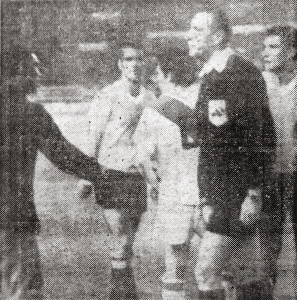 Didí le discute al austriaco Hieger el no haber expulsado a un jugador uruguayo durante un amistoso entre Perú y Uruguay en Lima (Recorte: diario La Crónica)