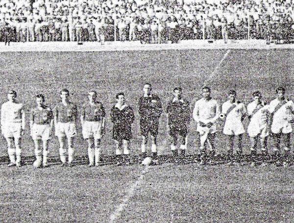 Hieger -al centro- dirigió el histórico choque entre Perú e Inglaterra en el estadio Nacional que culminó con un 4-1 para la selección peruana (Recorte: diario La Crónica)