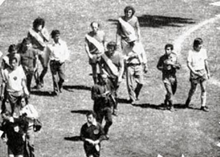 Arturo Yamasaki, abajo a la izquierda, se retira del campo de juego dando por suspendido el Puebla-América ante la negativa del técnico local para salir del campo (Foto: puebla80s.blogspot.com)